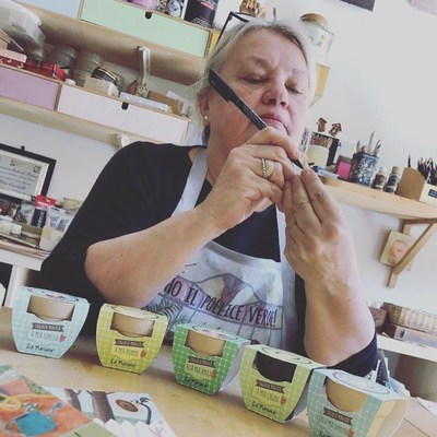 Questa sera vogliamo portarvi in un tour virtuale nello studio della nostra creatrice @rita.cardelli, curiosi? Pronti a sbirciare? #seseinasutavivimeglio #lenasute #ritacardelli #artista #scultura #pittura #pittrice #fattoamano #handmade #laprimaveraprimavera #spring