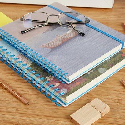 Dedicato a chi adora naufragare tra le parole! . Coloratissimi, spiritosi sono i quaderni a5 con spirale de Le Nasute. Disponibili in vari formati sono ideali per chi ama scrivere. Il pratico e capiente portadocumenti interno, la copertina rigida plastificata e l'elestico li rendono Perfetti per gli appunti delle lezioni, per tenere un diario, per la lista della spesa o per organizzare un evento, per una riunione di lavoro... . Caratteristiche - fogli lisci/righe/ quadretti a seconda del modello - Copertina rigida illustrata e copri copertina trasparente in polipropilene per proteggere il tuo quaderno - Grafiche esclusive LE NASUTE di Rita Cardelli - Rilegatura a spirale metallica - Grammatura pagine interne 80 gr/m2 - Chiusura con elastico - Apertura piatta a 180° per garantire la scrittura e la lettura in qualsiasi situazione - Pratica tasca porta documenti - formato a5 #lenasute #seseinasutavivimeglio #scrivere #frasi #pensieri #leggere #poesia #cartoleria #cancelleria #quadernoni #libri #scrittura #scrittori #scrittore #frasiitaliane #poesiaitaliana #poetry #frasedelgiorno #scriverechepassione #libro #bookstagram #letteratura #poesie #scrittoriemergenti #pensierieparole